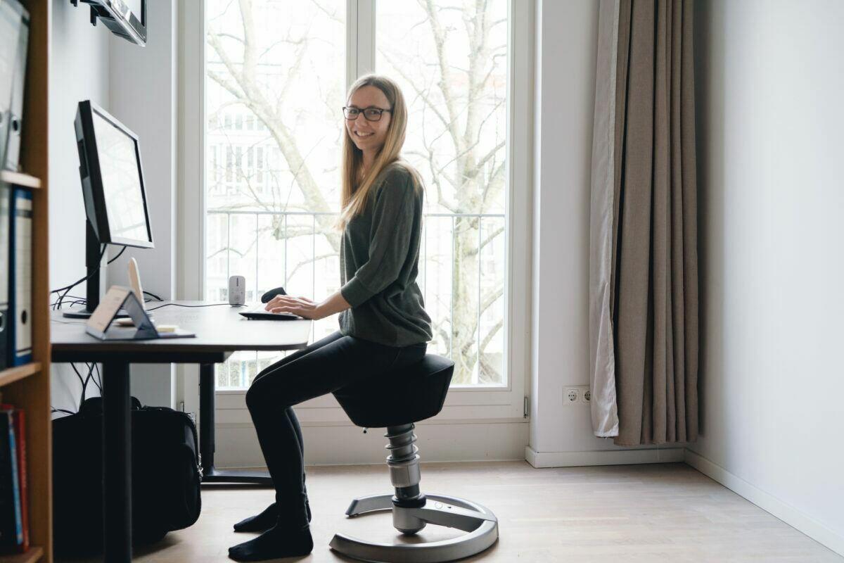 Ein ergonomischer Arbeitsplatz im Home Office hat einen positiven Einfluss auf unsere Motivation.